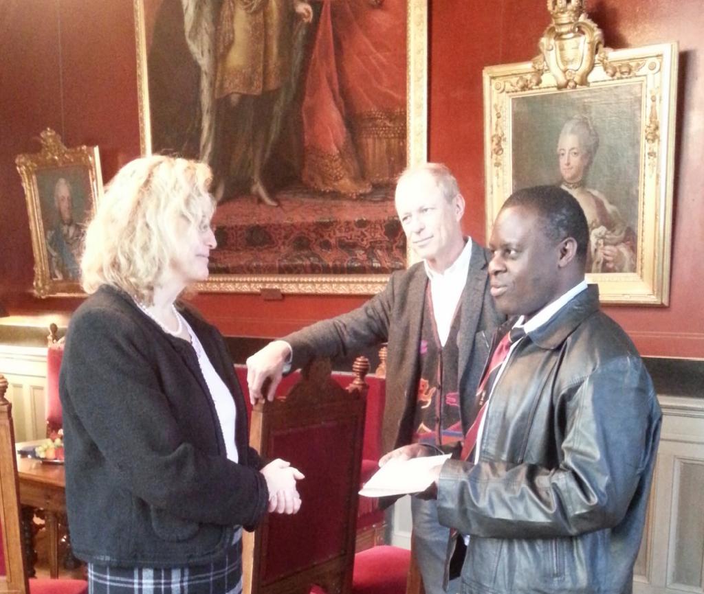 Från höger: Dr. Peter Waiswa, professor Stefan Swartling Peterson och rektor Eva Åkesson vid överlämnandet av gåvan.