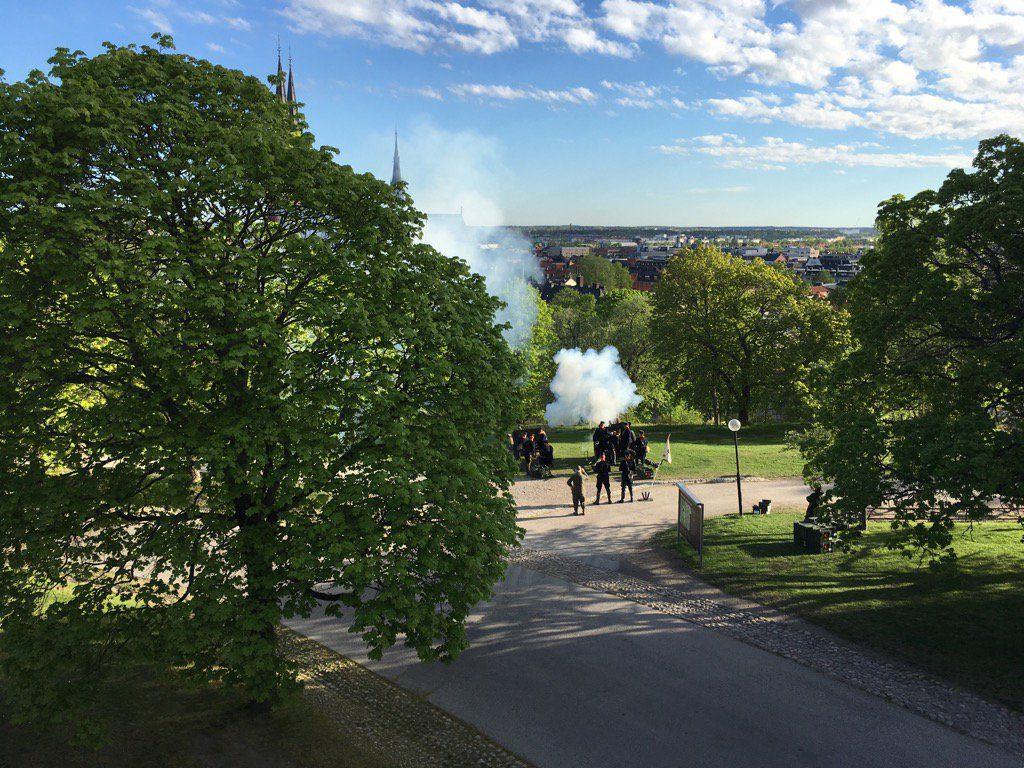 Kanoner avfyras vid Uppsala slott